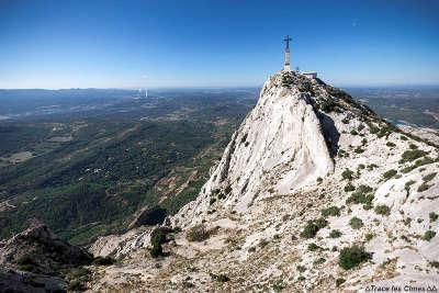 Montagne sainte victoire grand site de france la croix de provence au sommet de la montagne routes touristiques des bouches du rhone le guide du tourisme de la provence alpes cote