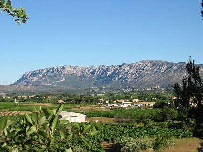 Montagne sainte victoire grand site de france routes touristiques des bouches du rhone le guide du tourisme de la provence alpes cote d azur