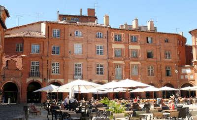 Montauban ville d art et d histoire vue de la place nationale routes touristiques du tarn et garonne guide du tourisme midi pyrenees