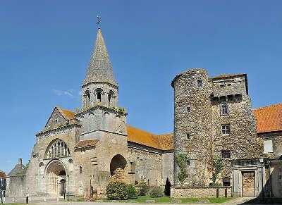Montmorillon la chapelle saint laurent et saint vincent et l ancienne tour routes touristique de la vienne guide du tourisme de poitou charentes