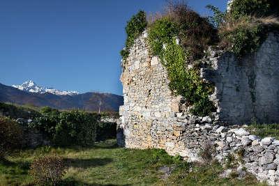 Montousse ruine du chateau routes touristique des hautes pyrenees guide du tourisme midi pyreneess