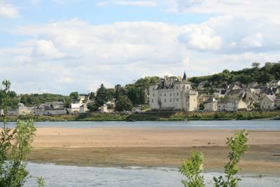 Montsoreau plus beau village vue sur le village routes touristiques de maine et loire guide du tourisme du pays de la loire