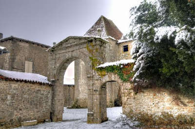 Mortemart entree du couvent des carmes plus beaux villages routes touristique de la haute vienne guide touristique du limousin