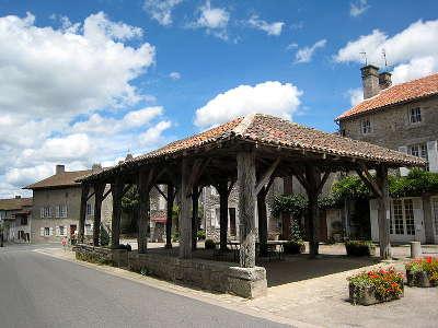 Mortemart la halle en bois sur la place du village plus beaux villages routes touristique de la haute vienne guide touristique du limousin