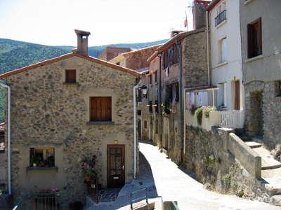 Mosset ruelle plus beaux villages routes touristiques des pyrenees orientale guide du tourisme occidanie