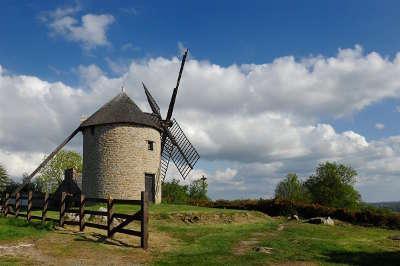 Moulin au sommet du mont dol en bretagne routes touristiques dans l ille et vilaine guide du tourisme en bretagne