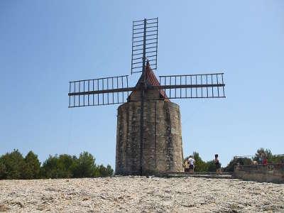 Moulin de daudet a fontvieille dans les alpilles guide touristique des bouches du rhone paca