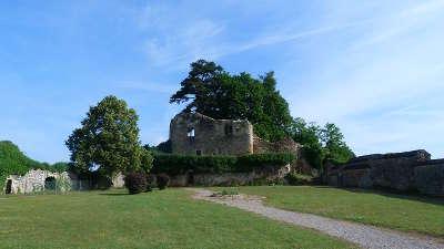 Moulins engilbert ruines du chateau routes touristiques dans la nievre guide du tourisme en bourgogne