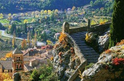 Moustiers sainte marie plus beau village escalier du parvis de notre dame de beauvoir routes touristique des alpes de haute provence guide du tourisme provence alpes cote d azur