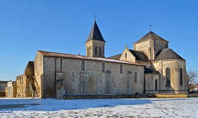 Nieul sur l autise petite cite de caractere abbaye saint vincent routes touristiques de vendee guide du tourisme du pays de la loire