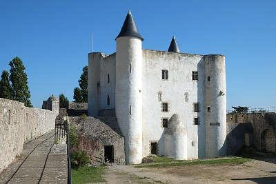 Normoutier donjon et chemin de ronde du mur d enceinte du chateau routes touristiques de vendee du tourisme du pays de la loire