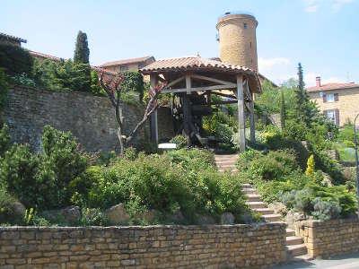 Oingt plus beau village la tour et le pressoir a perroquet routes touristiques du rhone guide du tourisme rhone alpes