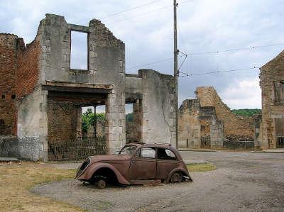 Oradour sur glane village martyr la peugeot 202 du medecin au milieu des ruines routes touristiques de la haute vienne guide du tourisme du limousin