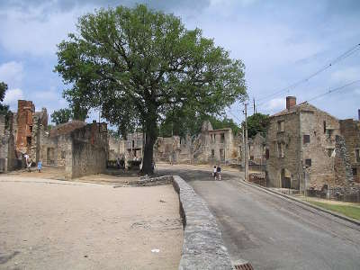 Oradour sur glane village martyr la rue principale routes touristiques de la haute vienne guide du tourisme du limousin