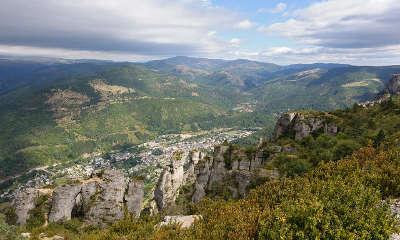 Panorama sur les cevennes vues du causse mejean florac et la vallee de la mimente guide du tourisme du languedoc rousssillon