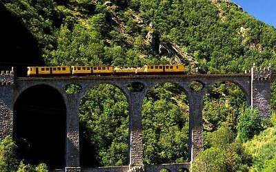 Parc naturel regional des pyrenees catalanes le train jaune les routes touristiques des pyrenees orientale guide du tourisme occidanie