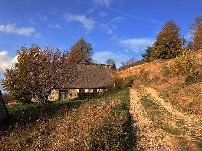 Parc naturel regional du livradois forez buron des supeyres routes touristiques de la loire guide touristique de rhone alpes