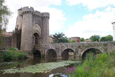 Parthenay le pont fortifie saint jacques routes touristique des deux sevres guide du tourisme de poitou charentes