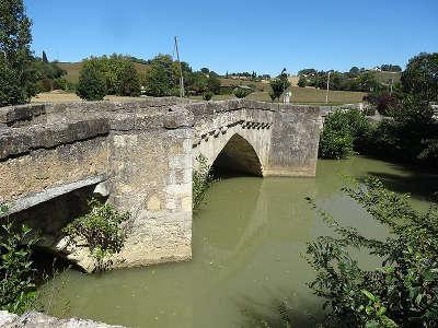 Pavie vieux pont routes touristiques de gers guide du tourisme midi pyrenees