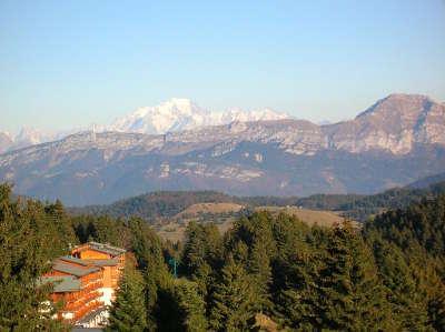 Paysage depuis le revard vers l est le mont blanc emergeant derriere la montagne du charbon et le trelod guide touristique de la savoie rhone alpes
