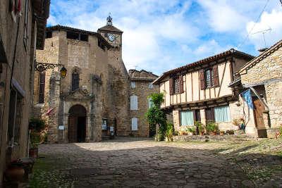Penne la place de la bastide routes touristiques du tarn guide du tourisme de l occitanie