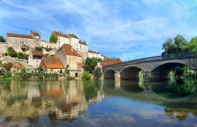 Pesmes vue depuis l ognon plus beaux villages de france routes touristiques de hautes saone guide touristique franche comte