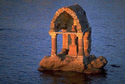 Ploumanach l oratoire de saint guirec a maree haute routes touristiques dans les cotes d armor guide du tourisme en bretagne