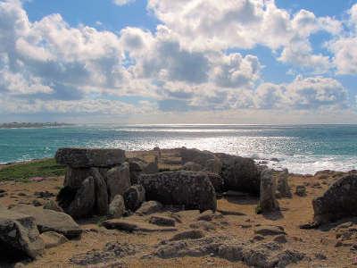 Pointe de la torche le tumulus ecrete laisse apparaitre le dolmen route du vent solaire routes touristiques dans le finistere guide du tourisme en bretagne