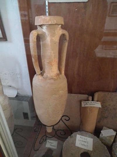 Pons amphore romaine au musee archeologique routes touristique de charente maritime guide du tourisme de poitou charentes