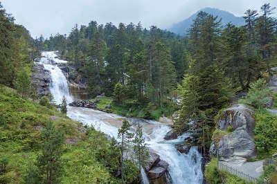 Pont d espagne cascade du gave de gaube routes touristique des hautes pyrenees guide du tourisme midi pyreneess