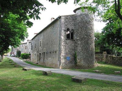 Puycelsi plus beau village chateau des capitaines gouverneurs routes touristiques du tarn guide du tourisme midi pyrenees