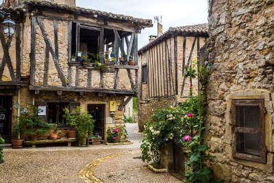 Puycelsi plus beau village ruelle routes touristiques du tarn guide du tourisme midi pyrenees