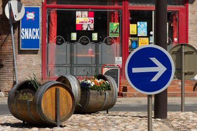 Rabastens rond point du centre ville de rabastens avec des tonneaux hommage au vignoble routes touristiques du tarn guide du tourisme de l occitanie