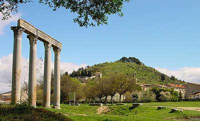 Riez vestiges d un temple romain routes touristiques des alpes de haute provence guide touristique de la provence alpes cote d azur
