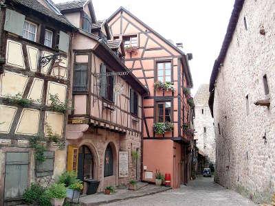 Riquewihr rue de la caserne a droite portion occidentale de la muraille d enceinte du xiiie siecle routes touristiques du haut rhin guide du tourisme alsace