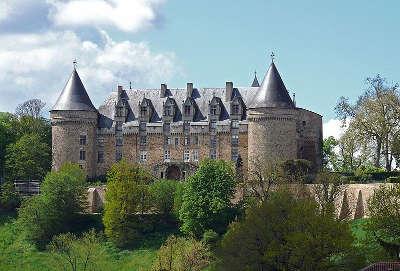 Rochechouart le chateau vu de la vallee routes touristiques de la haute vienne guide du tourisme du limousin