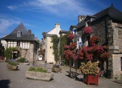 Rochefort en terre plus beau village de france petite cite de caractere place du puits routes touristiques dans le morbihan guide du tourisme en bretagne