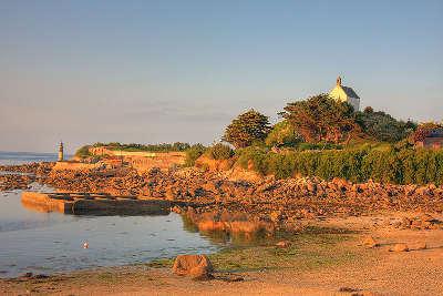 Roscoff la chapelle sainte barbe au dessus de bloscon petite cite de caractere routes touristiques dans le finistere guide du tourisme en bretagne
