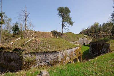 Route des forts fort du parmont l exterieur de la caponniere double routes touristiques de haute saone guide touristique de franche comte