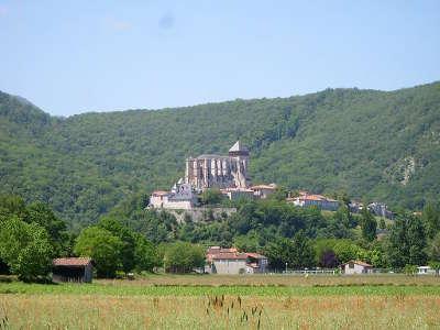 Saint bertrand de comminges plus beau village vue du village et sa cathedrale routes touristiques de haute garonne guie du tourisme de midi pyrenees