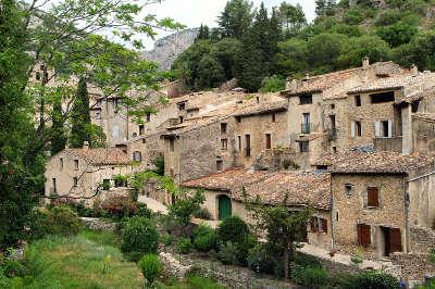 Saint guilhem le desert plus beaux villages les routes touristiques de herault guide touristique du languedoc roussillon