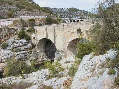 Saint guilhem le desert pont du diable plus beaux villages routes touristiques de herault guide touristique du languedoc roussillon