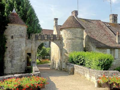 Saint jean aux bois porte fortifie de l abbaye routes touristique de l oise guide du tourisme de picardie