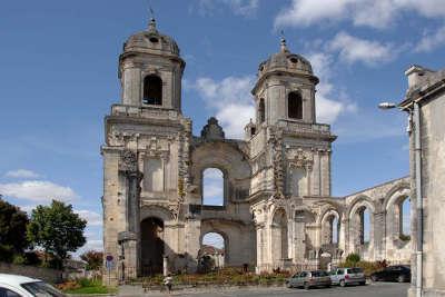 Saint jean d angely les tours de l abbaye routes touristique de charente maritime guide du tourisme poitou charente