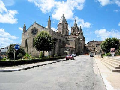 Saint junien cite de caractere collegiale routes touristiques de la haute vienne guide du tourisme du limousin
