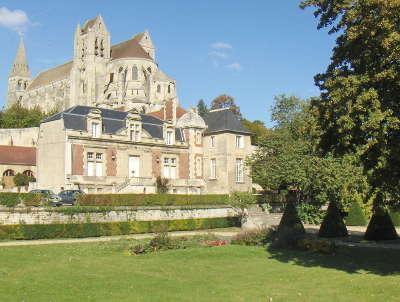 Saint leu d esserent abbatiale et la mairie routes touristique de la somme guide du tourisme de picardie