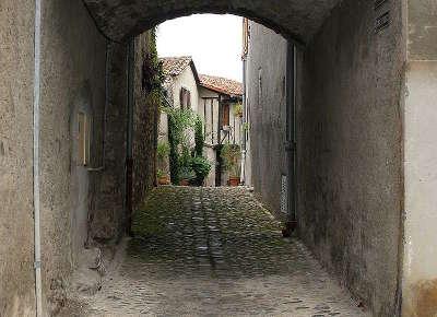 Saint lizier ville d art et d histoire ruelle routes touristiques de ariege guide du tourisme midi pyrenees
