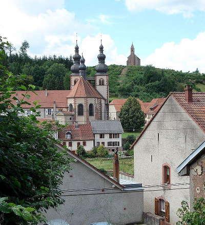 Saint quirin plus beaux villages eglise prieurale avec a l arriere plan la chapelle haute routes touristiques de la moselle guide du tourisme de lorraine