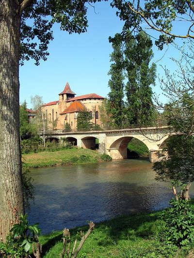 Saint sever de rustan vue sur la riviere arros et l abbaye routes touristiques de gers guide du tourisme midi pyrenees