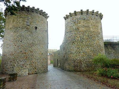 Saint valery sur somme les tours guillaume et la porte du haut routes touristique de la somme guide du tourisme de picardie